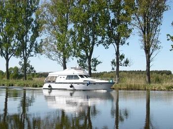 "Sportbootverleih Bild oben piqs.de, belinda2007, ""Sportboot auf Elbe-Lübeck-Kanal"" (CC BY 2.0 DE)"