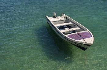"Motorbootvermietung Bild oben piqs.de, Miguel Virkkunen Carvalho, ""Float"" (CC BY 2.0 DE)"